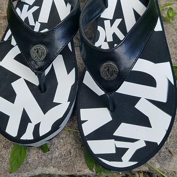 Dkny Black And White Flip Flops Sz 9
